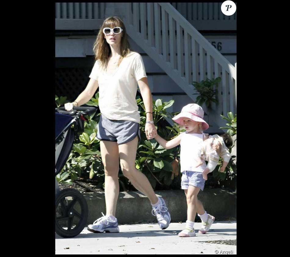 (JOUR 2) Pendant que Violet fait attention de bien porter son bébé,  Jennifer Garner ne pense qu à son mari qu elle surveille au loin. f242f625d5e