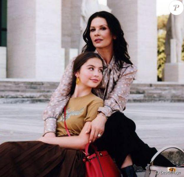 Catherine Zeta Jones pose avec sa fille Carys pour la nouvelle campagne Fendi à Rome le 29 octobre 2019