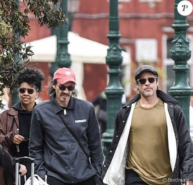 Brad Pitt et le sculpteur britannique Thomas Houseago visitent la Biennale de Venise, Italie, le 28 mai 2019. L'acteur américain était également accompagné de son ami le photographe Saul Fletcher (casquette rouge).