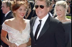 Le veuf Ryan O'Neal officialise déjà avec sa belle inconnue.. devant les jolies Ashley Tisdale et Selena Gomez !