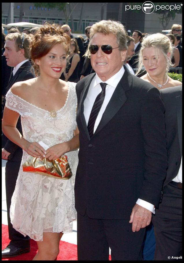 Ryan O'Neal et sa belle inconnue, à l'occasion de la première partie de la cérémonie des Emmy Awards 2009, au Nokia Theatre de Los Angeles, le 12 septembre 2009 !