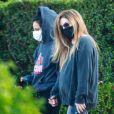 Exclusif - Lisa Marie Presley marche main dans la main avec Diana Pinto (la compagne de Benjamin Keough) dans le quartier de Beverly Hills à Los Angeles pendant l'épidémie de coronavirus (Covid-19). Les deux jeunes femmes se soutiennent depuis la mort de Benjamin. Le 15 juillet 2020