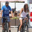 Exclusif - Gerard Butler et sa compagne Morgan Brown font une pause déjeuner au milieu de leur balade à vélo électrique à Malibu le 12 juillet 2020.