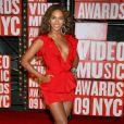 Pour se rendre au MTV Music Awards, Beyoncé a enfilé une micro-robe rouge ultra décolletée signée Roberto Cavalli... Avec ses talons noir et ses bijoux Lorraine Schwartz, Bee est magnifique !
