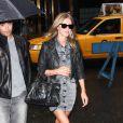 Nicky Hilton est vraiment canon dans cette mini-robe en jean délavé black, perfecto en cuir, boots Louboutin, Rayban Wayfarer et Motorcycle de Balenciaga... Un look so rock'n'roll et parfait pour la saison !