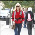 Claudia Schiffer enchaîne les looks cette semaine avec ce tenue carrément stylée. Veste rouge style à épaulettes et boutons dorés, ceinture à la taille, jean droit, et mini-boots en daim beige. Elle est au top !