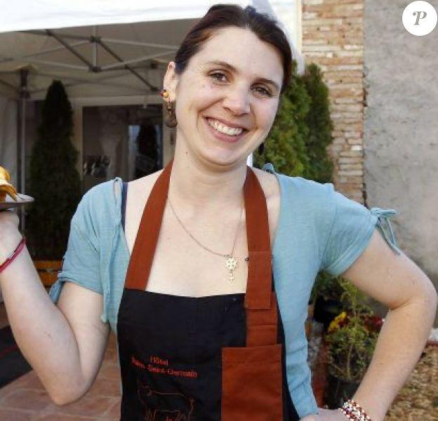 La gagnante de la finale de MasterChef, Anne Alassane pose devant son restaurant, La Pays'anne, à Montauban près de Toulouse, le 18 novembre 2010, désormais fermé. Elle a ouvert un nouveau restaurant Chez Olympe.