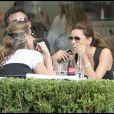 Eva Longoria, à Paris, déjeune avec une amie. 19 septembre 2009