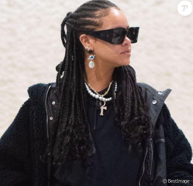 Exclusif - Rihanna arrive à l'aéroport JFK de New York avec une valise transparente. La chanteuse portait ce jour-là des lunettes de soleil Céline, un collier avec une croix de vie égyptienne et un sac bowling Prada Adidas, en édition limitée à 700 exemplaires, d'une valeur de 3.000 dollars environ.