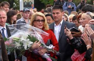 Catherine Deneuve et ses fans russes... c'est vraiment le grand amour ! Couverte de fleurs !
