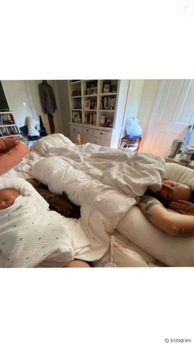 Domino Kirke dévoile une photo de son fils avec son mari, l'acteur Penn Badgley, le 20 septembre 2020.