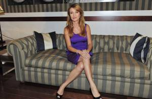 Jane Seymour : Dans sa petite robe violette, Dr Quinn est plus... sexy que jamais !