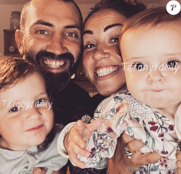 """Tiffany de """"Mamans et Célèbres"""" avec son mari Justin et leurs filles Zélie et Romy"""