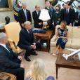 Donald Trump et son épouse épouse Melania avec le Premier ministre israélien Benjamin Netanyahu et sa femme Sara Netanyahu dans le bureau ovale, à la Maison Blanche, Washington, le 15 septembre 2020.