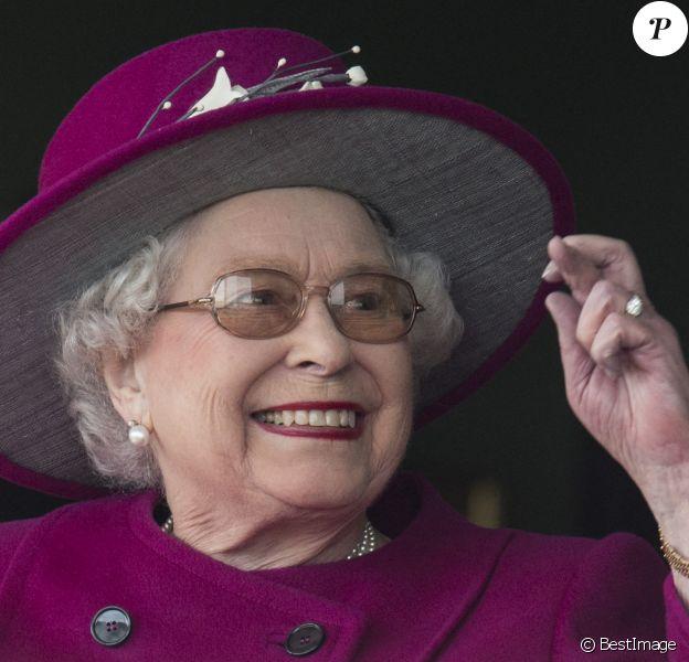 """La reine Elisabeth II d'Angleterre assiste à la course hippique """"Dubai Duty Free Spring Trials Meeting"""" à Newbury."""