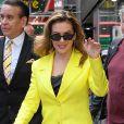 """Alyssa Milano quitte les studios de l'émission """"Good Morning America"""" à New York, le 15 octobre 2019. L'actrice, vêtue d'un ensemble jaune, est en pleine promotion pour son livre """"Hope : Project middle school""""."""