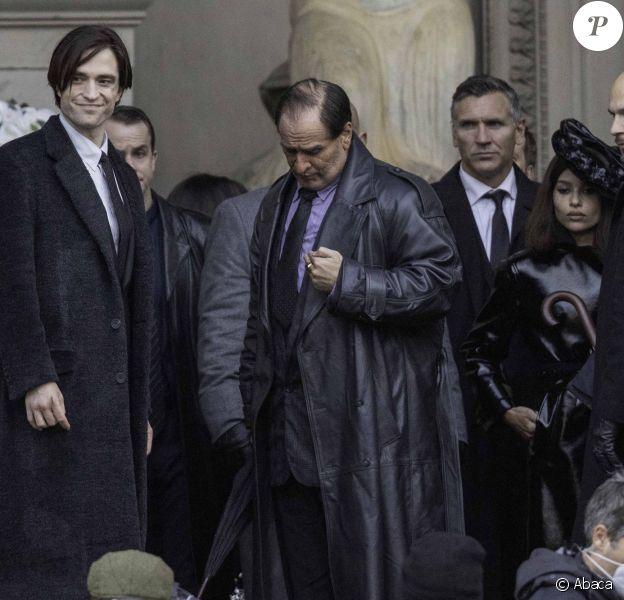 """Robert Pattinson, Zoë Kravitz et Colin Farrell (méconnaissable dans le rôle d'Oswald Cobblepot, alias le Pingouin) sur le tournage du film """"The Batman"""" à Liverpool, octobre 2020."""
