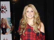Shakira continue son marathon européen tout sourire... mais ne veut pas lâcher ses affreuses bottes !
