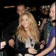 Shakira de retour à son hôtel de Londres, pose pour les fans le 24 septembre 2009