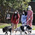Christina arrive en fin d'après-midi chez Laeticia avec son chien Bono et des masques de protection à la main. Laeticia Hallyday, ses filles Jade et Joy, Christina, avec des masques, et leurs chiens Santos, Cheyenne et Bono se promènent dans le quartier de Pacific Palisades, à Los Angeles, Californie, Etats-Unis, le 3 avril 2020, pendant la période de confinement. Jade et Joy s'amusent avec leurs masques pendant la balade.03/04/2020 - Los Angeles