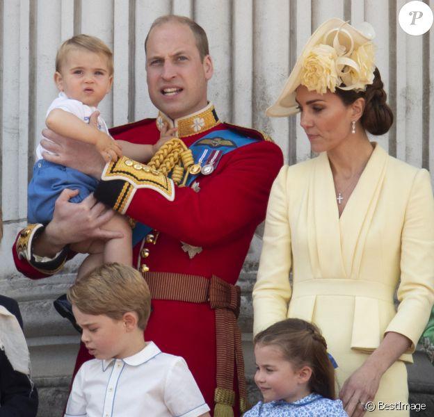 Le prince William, duc de Cambridge, et Catherine (Kate) Middleton, duchesse de Cambridge, le prince George de Cambridge, la princesse Charlotte de Cambridge, le prince Louis de Cambridge - La famille royale au balcon du palais de Buckingham lors de la parade Trooping the Colour, célébrant le 93ème anniversaire de la reine Elisabeth II, Londres.