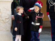 Jacques et Gabriella de Monaco en fête : le mini carabinier maîtrise déjà le salut militaire