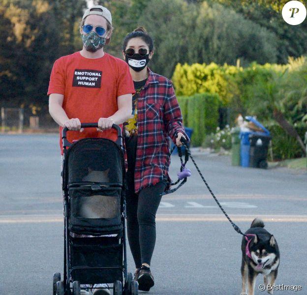 Exclusif - Macaulay Culkin et sa compagne Brenda Song promènent leur chat en poussette dans le rues de Los Angeles.