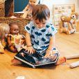 Maggy, la fille d'Alizée et Grégoire Lyonnet, en train de lire un livre dans sa chambre, le 24 juillet 2020