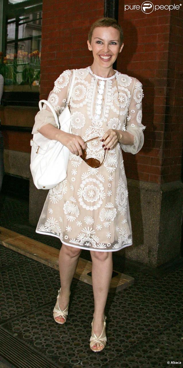 Kylie Minogue apprend qu'elle est atteinte d'un cancer du sein en 2005 à l'âge de 37 ans. La chanteuse australienne commence alors un combat pour la vie. Après 1 an, la jolie Kylie est guérie et... plus belle que jamais !
