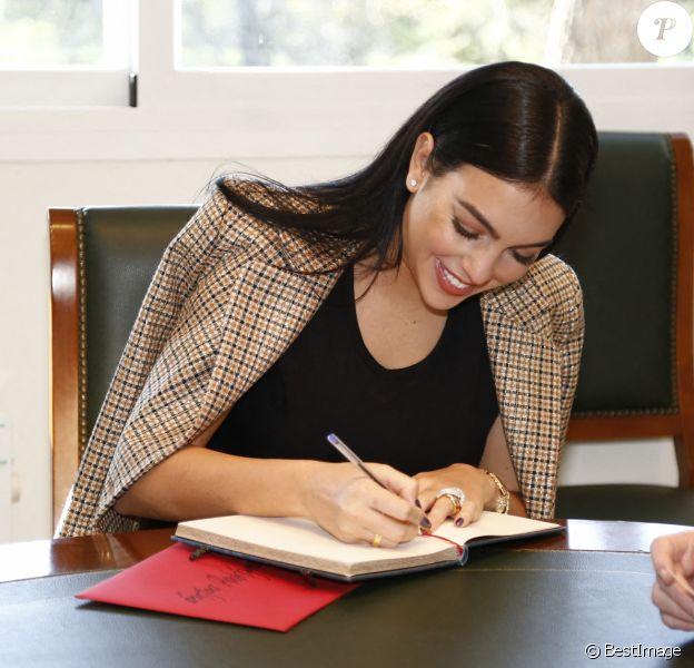 Georgina Rodriguez, la compagne de Cristiano Ronaldo, apporte un chèque de 20 000 euros à la Banque Alimentaire à Madrid le 8 décembre 2020.