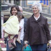 Katie Holmes, entourée de sa maman et de son adorable Suri, nous offre... son plus beau sourire ! C'est rare, profitons-en !