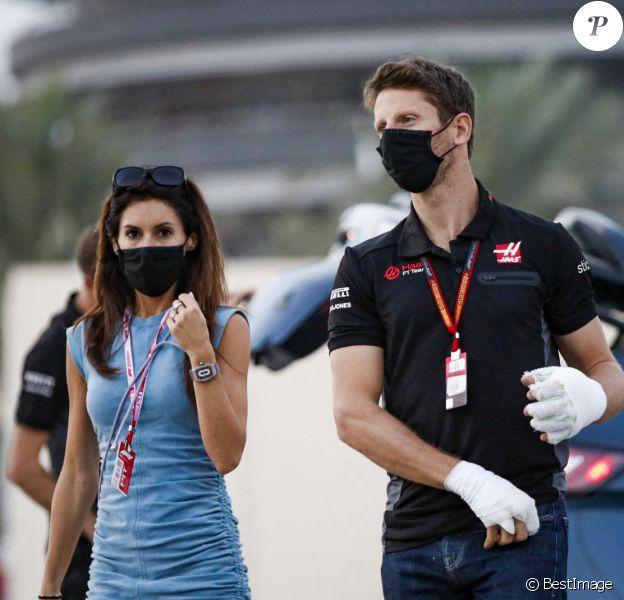 Romain Grosjean, blessé aux mains, et sa femme Marion arrivent au Grand Prix de Sakhir le 6 décembre 2020. © Dppi / Panoramic / Bestimage