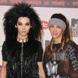 Bill Kaulitz et Tom Kaulitz sont jumeaux. Ces deux frères à la tignasse volumineuse sont respectivement le chanteur et le guitariste du groupe... Tokio Hotel ! Mais si regardez, sans maquillage, la ressemblance est frappante !