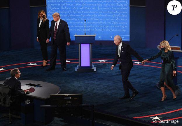 Donald Trump et sa femme Melania Trump face à Joe Biden et sa femme Jill lors du premier débat entre les candidats à Cleveland dans l'Ohio, le 29 septembre 2020.