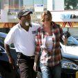 Ellen Pompeo fait ses courses dans un magasin bio de Los Angeles le 16 octobre 2009, escortée de près par un agent de sécurité...