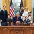 Donald Trump, ses conseillers Ivanka Trump et Jared Kushner, et ses petits-enfants Arabella, Joseph et Theodore à la Maison-Blanche. Décembre 2020.