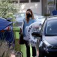 Exclusif - Olivia Wilde arrive, les bras chargés de courses, au domicile qu'elle partageait avec son ex-fiancé Jason Sudeikis. Los Angeles, le 14 février 2021.