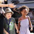 Angelina Jolie fait une virée au centre commercial avec Zahara et Shiloh, habillée en garçon manqué. Octobre 2009