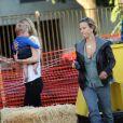 La femme de Tobey Maguire et leurs enfants se rendent chez Mr Bones & Pumpkin Patch le 22 octobre 2009
