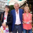 """Patrick Poivre d'Arvor et ses filles Dorothée et Morgane - Déjeuner """"Pères et Filles"""" au restaurant """"Les deux Magots"""" à Paris. Le 16 juin 2015."""