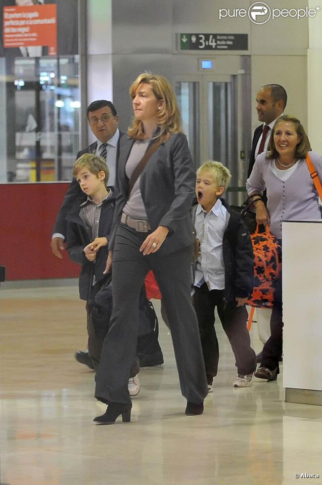 Cristina d'Espagne : une arrivée en famille à l'aéroport de Barcelone, le 26 octobre 2009