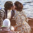 """Lady Gaga et Adam Driver, qui incarnent respectivement Patrizia Reggiani et Maurizio Gucci, s'embrassent sur le lac de Côme lors du tournage du film """"House of Gucci"""". Le 18 mars 2021."""