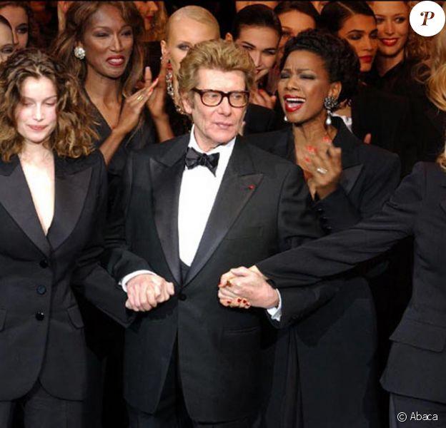 Yves Saint Laurent avec Laetitia Casta et Catherine Deneuve lors du dernier défilé du couturier en janvier 2002