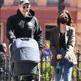 Emily Ratajkowski et son mari Sebastian Bear-McClard se promènent avec leur nouveau-né Sylvester Apollo Bear à New York, le 20 mars 2021.