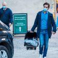 Le prince Carl Philip et la princesse Sofia (Hellqvist) de Suède quittent la maternité Danderyd près de Stockholm avec leur troisième enfant, le 26 mars 2021. Le nouveau-né pèse 3,22 kg et mesure 49 cm.