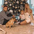 Jessica Thivenin avec son mari Thibault et leur fils Maylone devant leur sapin de Noël, le 17 novembre 2020
