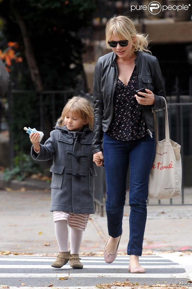 Michelle Williams en balade dans les rue de New York avec sa fille Matilda, le 29 octobre 2009.