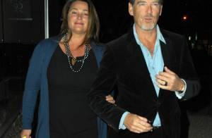 Pierce Brosnan : Quand sa chérie, dont il est fou amoureux, n'est pas là... tel un gentleman, il ne pense qu'à elle !
