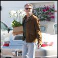Pierce Brosnan achète des fleurs pour sa femme (30 octobre 2009, Malibu)