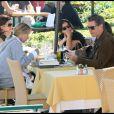 Pierce Brosnan déjeune en charmate compagnie (30 octobre 2009, Malibu)